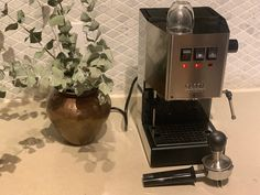 Great ways to make authentic Italian coffee and understand the Italian culture of espresso cappuccino and more! Home Espresso Machine, Espresso Machine Reviews, Automatic Espresso Machine, Cappuccino Machine, Coffee Tamper, Food Truck Design, Cheap Coffee, Coffee Truck, Italian Coffee