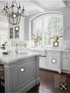 32 Best Antique White Kitchen Cabinets I'm sure you have seen a lot of gorgeous kitchens with antiqu Classic Kitchen, Farmhouse Style Kitchen, Modern Farmhouse Kitchens, Home Decor Kitchen, Kitchen Ideas, Diy Kitchen, Kitchen Inspiration, Farmhouse Sinks, Kitchen Hacks