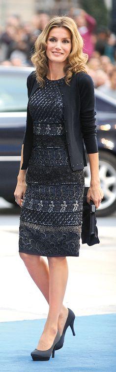 Pocos meses después de su boda, en 2004, Letizia acudía a sus primeros Príncipe de Asturias, con la emoción de hacerlo además en su ciudad de Oviedo. La princesa optó por un diseño crema de Felipe Varela que no le favorecía nada y le ponía años encima: blusa con lazada, falda recta y abrigo a…