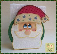 Sua mesa de Natal vai ganhar um charme especial com esse porta guardanapo Noel! <br> <br>A peça é toda forrada e decorada em EVA. <br>O Papai Noel tem a barba e o bigode fofinho (atoalhado) e os detalhes são pintados a mão com muito capricho. <br>Repare no acabamento em passamanaria de verde vibrante! Um luxo. <br> <br>Garanta um pra você ou ofereça como uma linda lembrança de Natal...