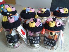 Afbeeldingsresultaat voor potes decorados com croche amigurumi Crochet Cup Cozy, Crochet Box, Crochet Gifts, Cute Crochet, Crochet For Kids, Crochet Flowers, Crochet Hooks, Crochet Designs, Mason Jars