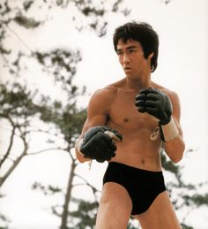 A gallery of Enter The Dragon publicity stills and other photos. Featuring Bruce Lee, John Saxon, Bolo Yeung, Sek Kin and others. Celebrity Couples, Celebrity News, John Saxon, Bruce Lee Martial Arts, Bruce Lee Photos, Enter The Dragon, Chinese Movies, Action Poses, Grace Kelly