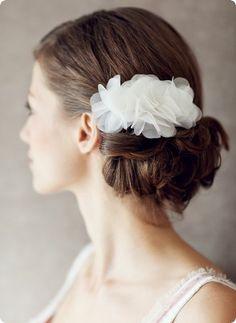 Ein zartes kostbares Bltengesteck aus feinster Organzaseide, dass jede br / Hochsteckfrisur veredelt. Fleur lsst sich wunderbar leicht in die Frisur schieben.