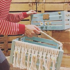 Aunque suene algo absurdo, siempre les dig Driftwood Macrame, Triangle, Instagram, Boho, Wooden Crates, Decorated Boxes, Drawers, Natural Wood, Manualidades