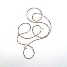 Lange Perlenkette mit Süßwasserperlen und Bergkristall in unterschiedlichen Formen und Glasperlen. Die Unregelmäßigkeit macht dieses Schmuckstück so spannend und die Perlen, sowie die Bergkristalle haben ihre spezielle Wirkung.
