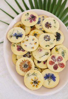 shortbread décorer avec des fleurs comestibles pour une ambiance printannière
