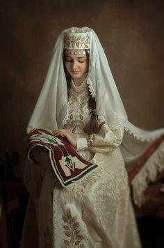 Hagop Garagem - Cultura e Tradições - Mulheres Armênias em Trajes Típicos