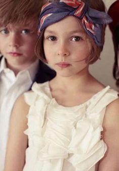 Coiffure petite fille : foulard en bandeau pour les cheveux, bleu à fleur rouge