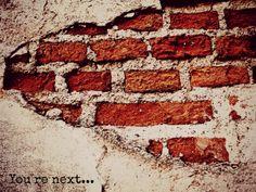 Título: Another brick in the wall Fecha: 17/Dic/2013 Por: Reyna Isabel Columna S. En la actualidad se ve la educación como un sistema cerrado que crea individuos con el mismo modelo social, sin importar las necesidades de cada uno, para que puedan ingresar al ámbito laboral. Durante algunos años ha sido la máxima tortura y dominación sobre los jóvenes, pero finalmente se dieron cambios pedagógicos que rompieron las cadenas de este sistema, para volverlo más flexible ante la realidad que se…