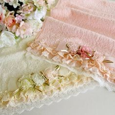 Idea for gift - love the pretty edging idea on the towels. Sewing Hacks, Sewing Crafts, Sewing Projects, Decor Crafts, Diy And Crafts, Decorative Hand Towels, Towel Crafts, Shabby Chic Pink, Guest Towels