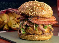 Top du Top – hambúrguer de copa lombo empanado em mostarda e farinha de rosca, bacon, molho hoissim, molho de pimenta chinesa, nirá e cebola roxa puxado em óleo de gergelim torrado, no pão de hambúrguer com gergelim. R$ 36