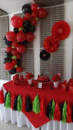Arco con globos de diferentes tamaños, flores y follaje