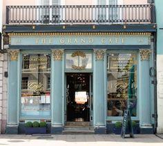 Via Pinterest    Hoy nos fijamos en una parte de la fachada de los negocios bonitos: los carteles y letras que anuncian el nombre, que n...