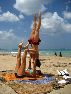 acro yoga on the beach - upside down headstand holding base's ankles. Partner Acrobatics, Partner Yoga Poses, Yoga For Two, How To Do Yoga, Nocturne, Martial, Yoga Pictures, Yoga Pics, Aerial Dance
