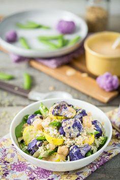 Frühling Veggie-Schüssel mit Jade Perle Reis, Kohlrabi, Kokosnuss & Tahini Sauce