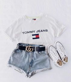 Catchy Fall Outfits To Copy Right Now Kurze Mom Jeans, Camiseta Tommy Jeans und alle Star Branco. Kurze Mom Jeans und All Star BrancoKurze Mom Jeans und All Star BrancoMom Jeans und Converse All Star WeißMom Jeans. Trendy Summer Outfits, Teen Fashion Outfits, Cute Casual Outfits, Jean Outfits, Girl Outfits, Womens Fashion, Jeans Fashion, Fashion Belts, Style Fashion