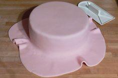 Potahovaný dort krok za krokem | Je libo kousek dortu? Butter Dish, Ham, Fondant, Cheesecake, Dishes, Baking, Birthday, Sweet, Tableware