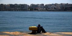 La ONU teme que 500 personas hayan muerto en un nuevo naufragio en el Mediterráneo  Una refugiada descansa en el puerto griego del Pireo.