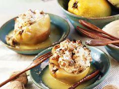 Warme Quitten mit Walnüssen gefüllt | Zeit: 25 Min. | http://eatsmarter.de/rezepte/warme-quitten-mit-walnuessen-gefuellt