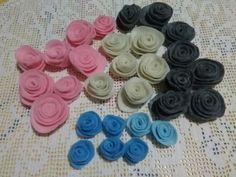 Tante piccole rose di colori diversi per decorare ghirlande pasquali