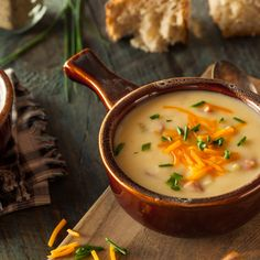 Homemade Beer Cheese Soup with Chives and Bread Easy Healthy Recipes, Low Carb Recipes, Soup Recipes, Easy Meals, Beer Soup, Beer Cheese Soups, Cauliflower Cheese, Homemade Beer, How To Cook Sausage