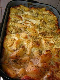 Fincsi és laktató, az illatozó rozmaring teszi igazán különlegessé ezt a könnyed ételt. Hozzávalók: 1 kg burgonya 2 hagyma 1 dl tejföl 1 dl főzőtejszín 15 dkg parmezán 2 teáskanálnyi rozmaring olaj só, bors Elkészítése: A burgonyát... Veggie Recipes, Vegetarian Recipes, Cooking Recipes, Healthy Recipes, Veggie Food, Cooking Tips, Hungarian Cuisine, Hungarian Recipes, Croatian Recipes