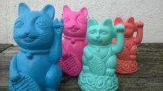 Gatitos de la suerte con base!!!! 11 cm x 6 cm Colores a elección lookingbudas@gmail.com