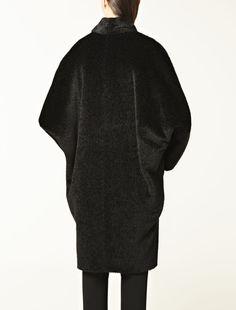 Max Mara. Cappotto in lana e angora con aspetto mosso che lo rende unico, dalla vestibilità cocoon. Maniche a pipistrello, collo a scialle. Chiusura nascosta con bottoni. Foderato.