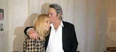 """Mort de Mireille Darc : Présent à son chevet, Alain Delon lui a tenu la main """"jusqu'au bout"""""""