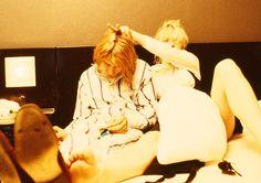 Kurt and Courtney in Japan 1992 Courtney Love Hole, Kurt And Courtney, Donald Cobain, Nirvana Kurt Cobain, Riot Grrrl, Heavy Metal Music, Foo Fighters, Pretty Men, Rock Music