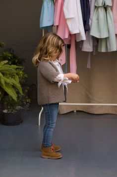 What a beautiful Kids Style | elegantes Mädchen Outfit in Jeans, Bluse und Strickjacke