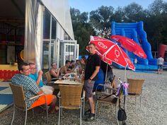 Entspannungszeit in Flasch City. Der Tisch ist mit Essen und Champagner beladen. Jeder entspannt sich. Außerdem beschäftigen sich die Kinder mit dem Spielen auf der Kinderseite von Flasch City und in unserem Kinderspielzelt. . #FlaschCity #brautundbräutigam #brautstraußgefangen #brautkleider #hochzeitsfotografie #hochzeitsinspiration #osterdekoration #tischdekorationhochzeit #partyrentals #partydecors #brautstyling #veranstaltungstechnik #veranstaltungswirtschaft #TrauungimFreien…