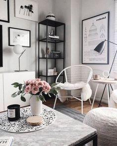 deco salon noir et bois table basse marbre et noir vase origami blanc bouquet de roses bougie mur de cadres blanc et noir Apartment Needs, Plush Area Rugs, First Apartment Decorating, Study Areas, Vase Origami, Accent Chairs, Decorating Ideas, Budget, Memories