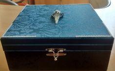 Caixa porta joias, tampa forrada com tecido jacquard, corpo da caixa laqueada e dentro toda flocada. <br>Fazemos em outras cores e modelos. <br>Como é um produto artesanal, podem haver pequenas diferenças entre uma produção e outra. <br>Altura: 7.00 cm <br>Largura: 37.00 cm <br>Comprimento: 25.00 cm