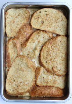 Wentelteefjes vind ik echt een weekend ontbijt. Je kunt ze gewoon in de koekenpan maken, maar in de oven worden ze knapperiger en doet de oven zijn werk.