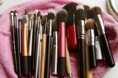 How to clean your makeup brushes, a must for every woman. Take a small