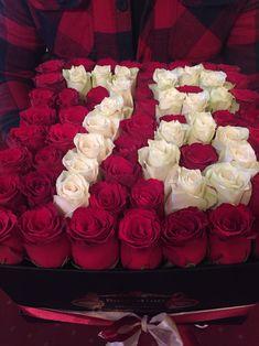Aranjament florar din trandafiri rosii si albi. Roses Luxury, Luxury Flowers, Black And White Roses, Pink And Gold, Orange Roses, Purple Roses, Stock Wedding Bouquet, Happy Birthday Grandma, Stock Flower