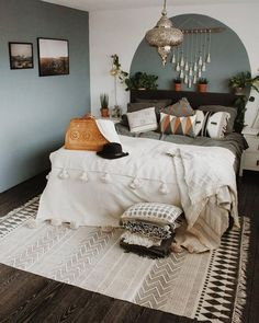 8 wooden decorative objects for a trendy and natural bedroom - HomeCNB Sage Bedroom, Gray Bedroom Walls, Bedroom Wall Colors, Room Ideas Bedroom, Gray Walls, Bedroom Bed, Master Bedroom, Grey Green Bedrooms, Green And White Bedroom