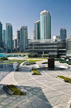 Paisagismo no entorno da Burj Khalifa. SWA Group. Dubai, Emirados Árabes Unidos. 2011.