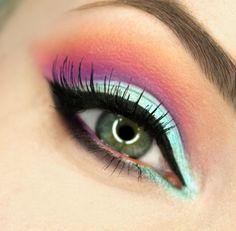 maquillage yeux eye-liner en noir avec fards à paupières en rose et vert menthe