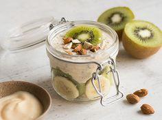 Banane - Kiwi Für 1 Portion 40 g Haferflocken 100 g Vanille-Joghurt 1/2 Esslöffel Chia-Samen 1 Kiwi 1 Banane 1 Esslöffel Mandeln