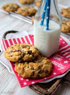 Chocolate Chip Cookies eli suklaahippukeksit ovat amerikkalaisten leivonnaisten tunnetuimpia klassikoita. Parhaimmillaan ne ovat pinnasta rapeita ja sisältä sitkeän pehmeitä. Siksi paistoajan kanssa saa olla kieli keskellä suuta, jotta keksejä ei paista kuiviksi. Pinta voi ruskistua kevyesti. Amerikan tyyliin keksit saavat olla reilun kokoisia. Kutsuille, joilla on muutakin makeaa tarjolla, tekisin pienempiä versioita, jolloin taikina venyy […]