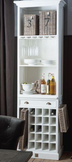 Handige smalle kast, ideaal voor servies en wijnflessen.