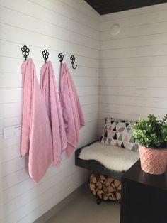 Bastu- Sauna-omklädningsrum Saunas, Bathroom Hooks, Tiles, Sweet Home, Cottage, Decorations, Summer, House, Room Tiles