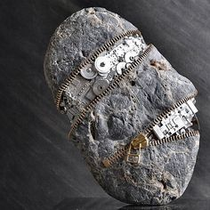 Hirotoshi Ito öffnet Steine per Reißverschluss  Regelmäßig macht sich der Japaner Hirotoshi Ito in Flussbetten auf die Suche nach Steinen. Er ist nämlich ein Künstler, dessen Skulpturen essent...