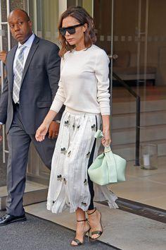 Victoria Beckham indossa un maglione di lana con gonna lunga e sandali