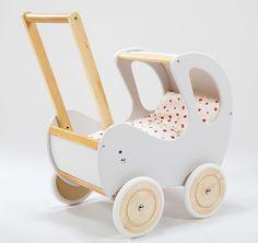 Drewniany wózek dla lalek. Biała budka