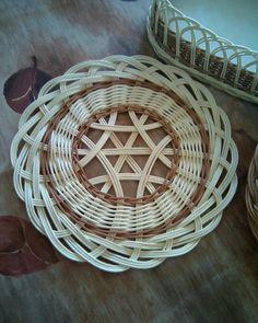 Prostírání Basket Weaving Patterns, Macrame Patterns, Cane Furniture, Wicker Furniture, Pine Needle Crafts, Recycled Magazines, Sewing Baskets, Flower Girl Basket, Rattan Basket