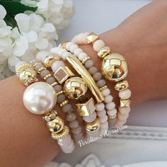 Schmuck bracelets The fashion world, however, rarely cares for the name of a university if it does n Bead Jewellery, Beaded Jewelry, Jewelry Bracelets, Beaded Necklace, Stackable Bracelets, Gemstone Bracelets, Wire Jewelry, Diamond Earrings, Gold Necklace