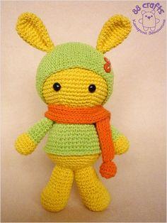 Милые зайчики, связанные крючком, в шапочке с шарфиком по схеме амигуруми от Екатерины Ветошкиной. Можно связать мальчика-зайчика или девочку в платьице.